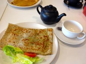 A mozzarella, tomato, and pestro crépe, with Darjeeling tea. Result: very happy tummy!